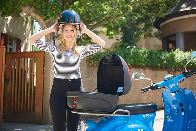 In der Helmbox befinden sich nicht nur der Roller-Schlüssel, sondern stets auch zwei Helme (Bild: Ronny Schoenebaum)